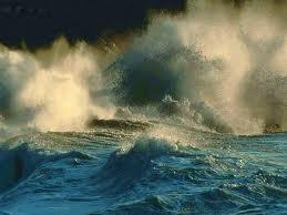 Mare in tempesta con barca